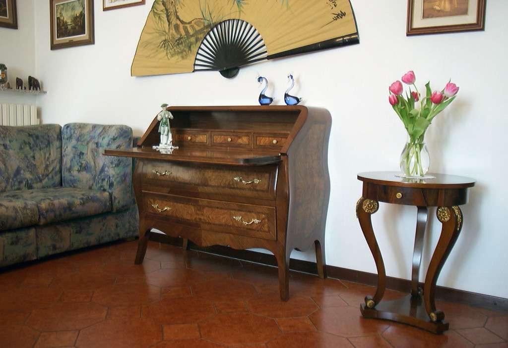 Bureaux a Cassetti e Tavolino Tondo