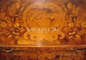 Gli intarsi dei mobili classici. Comò in stile olandese.