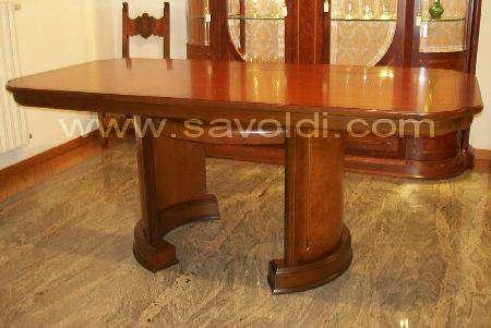 Tavolo in Stile Liberty in Radica di Mirto visto senza le sedie